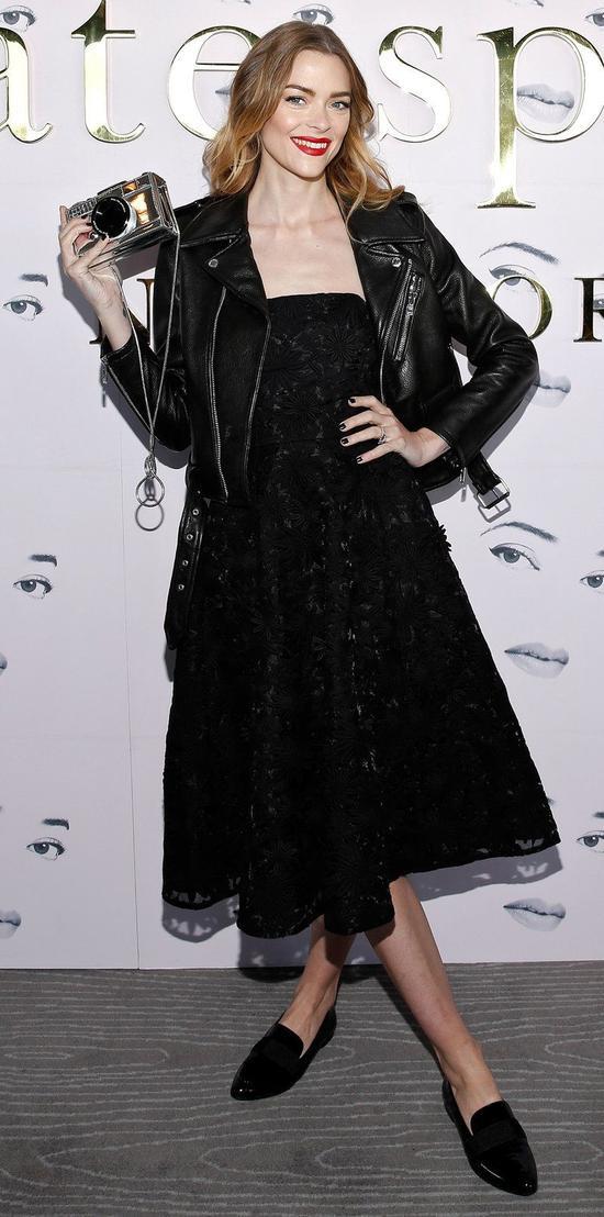 Nữ diễn viên Jaime King tinh tế và cá tính khi kết hợp một mẫu đầm đen đính kết cùng áo khoác da mạnh mẽ. Điểm nhấn nổi bật đến từ chiếc clutch ánh bạc độc đáo của cô nàng
