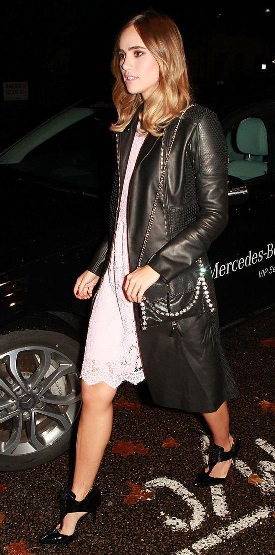 Suki Waterhouse lại biến hóa set đồ của mình trở nên thời thượng và gợi cảm nhờ chiếc áo khoác da dáng dài hòa phối cùng mẫu đầm 2 dây gợi cảm. Sắc đen và trắng cùng hòa quyện tạo nên đểm nhấn vô cùng thú vị cho toàn set đồ.