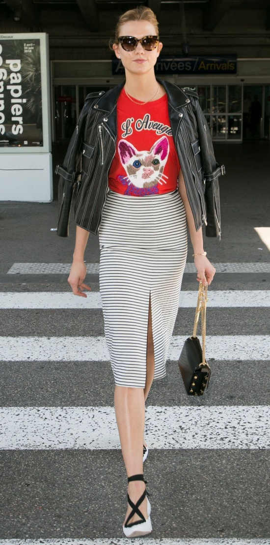 Nếu các cô nàng vừa muốn hình ảnh của bản thân trông cá tính mà vẫn phảng phất nét năng động như nàng siêu mẫu Karlie Kloss thì chiếc áo khoác da đi kèm cùng áo thun họa tiết và màu sắc nổi bật kết hợp với một đôi giày đan dây chính là những điều mà các bạn nữ cần note ngay vào sổ tay của mình.