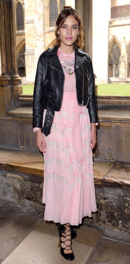 Nàng fashion icon Alexa Chung không chỉ gây ấn tượng bằng nét đẹp khỏe khoắn của mình mà cô còn sở hữu gout thời trang cực kì tinh tế, thời thượng. Trong một show diễn thời trang, người đẹp đã phá cách trong việc kết hợp giữa chiếc áo khoác da cá tính cùng mẫu váy maxi nhẹ nhàng, bay bổng với sắc hồng pastel. Đây cũng xem như sự kết hợp táo bạo mà chỉ có những tín đồ thời trang nổi loạn mới dám áp dụng.