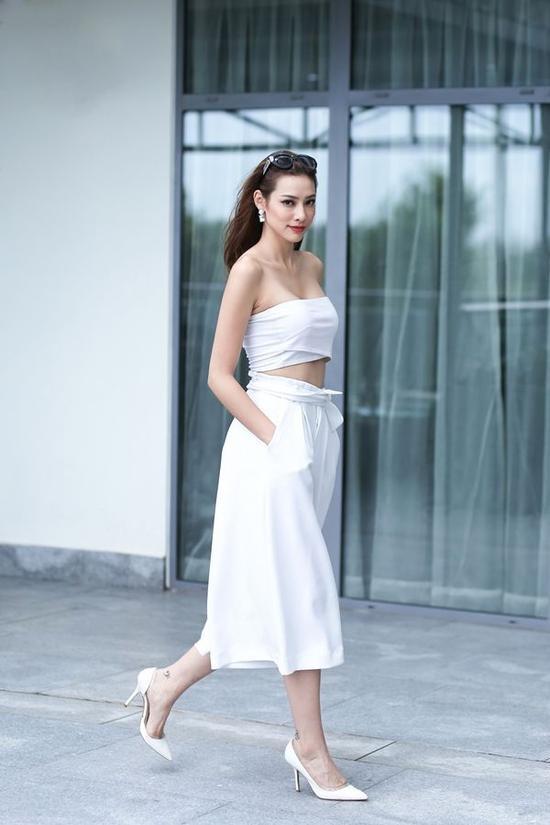 Đôi lúc sắc trắng trên trang phục cũng giúp Lilly Nguyễn biến hóa trở nên dịu dàng và thanh lịch hơn hẳn.