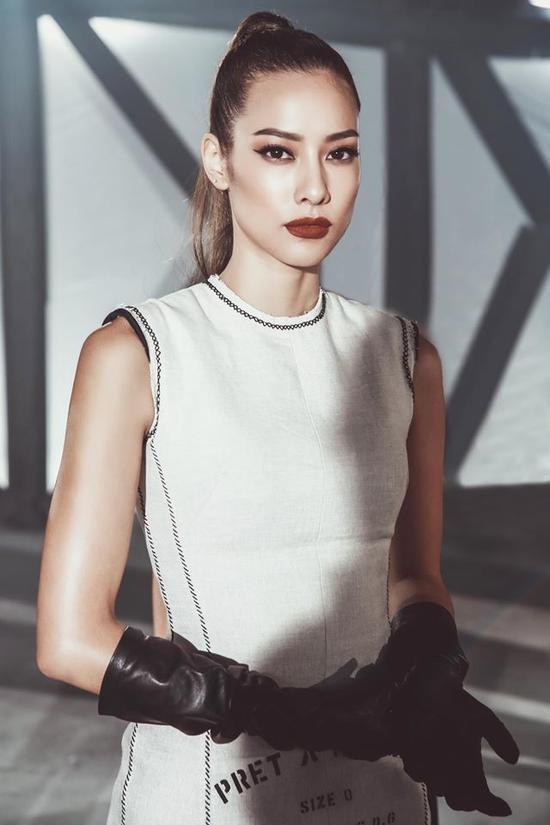 Bô trang phục ôm dáng kết hợp cùng đôi găng tay lạ mắt giúp cho hình ảnh của Lilly Nguyễn trở nên trendy hơn hẳn.
