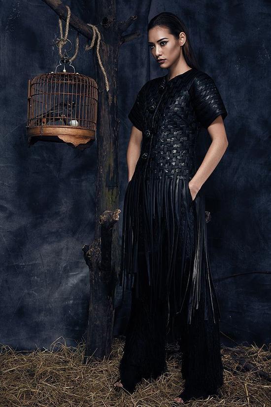 Với sắc đen mạnh mẽ trên tổng thể trang phục cũng phần nào thay đổihình ảnh của cô nàng trở nên nổi loạn.