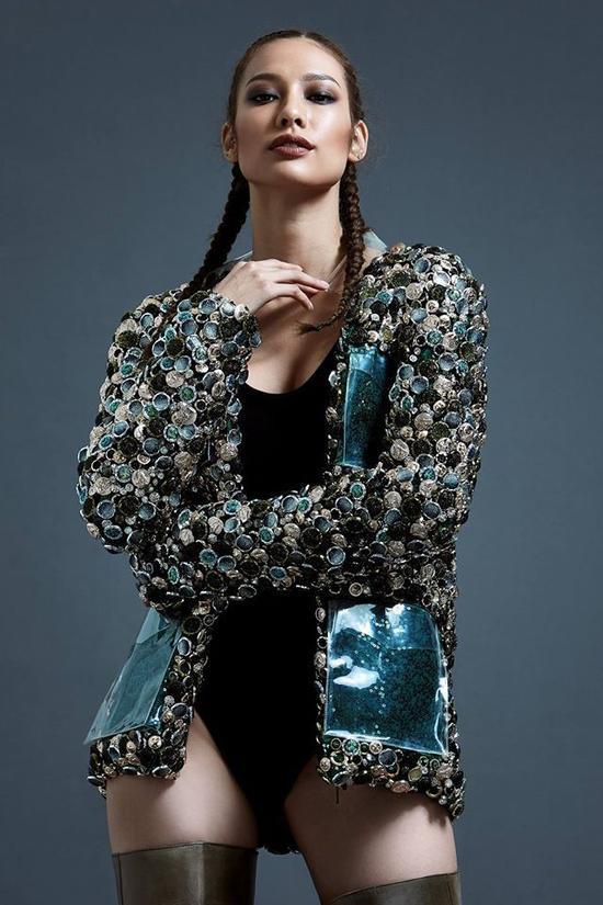 """Lilly Nguyễn với set đồ được mix-match độc đáo cùng body suit và áo khoác đính kết lạ mắt, kèm theo đó là mái tóc tết cực """"cool"""" và đôi môi màu chocolate thời thượng."""