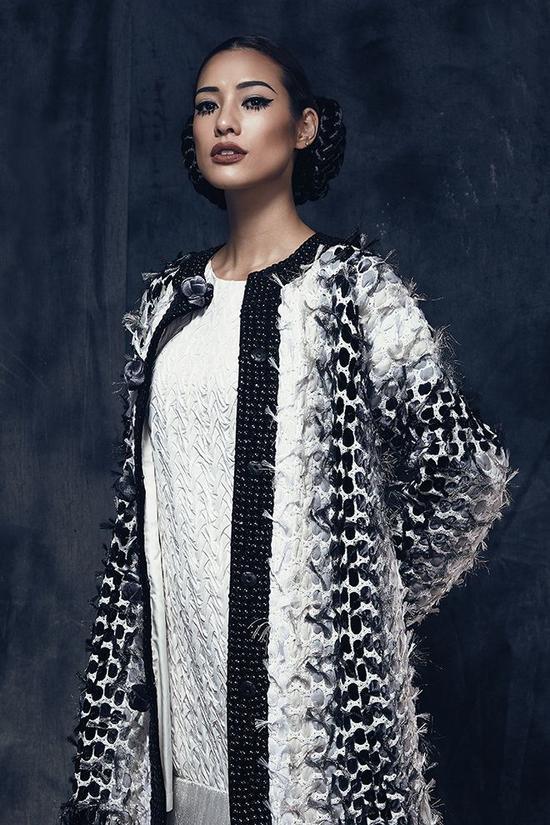 Người đẹp tạo nét phá cách trong phong cách của mình bằng trang phục đến từ nhà thiết kế Công Trí và lối make-up cùng hàng mi cong độc đáo.
