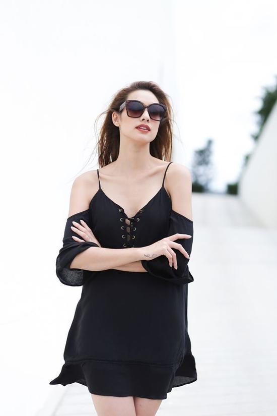 Đôi lúc nữ tính không hẳn phải diện trang phục sáng màu. Tông đen chính là một cách mix-match mới mẻ nhưng vẫn giữ đúng tinh thần mong muốn một hình ảnh nhẹ nhàng của phái nữ.