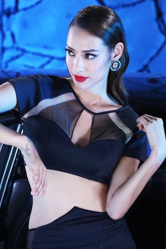 Những trang phục với đường cut-out táo bạo cũng vô cùng phù hợp với thần thái high-fashion của cô nàng.