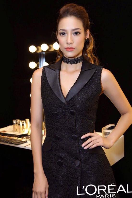 Suit dress dường như không hề làm giảm độ sắc sảo trên gương mặt mà ngược lại còn tăng thêm vẻ đẹp quyến rũ của cô nàng.