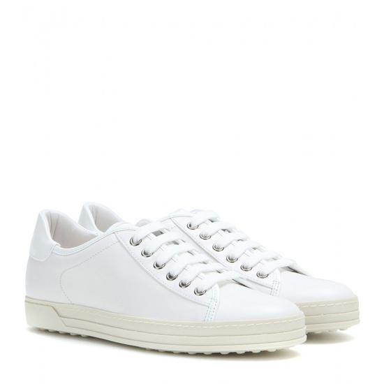 Sneaker trắng mẫu giày được lòng tất cả các cô nàng mang phong cách sporty.