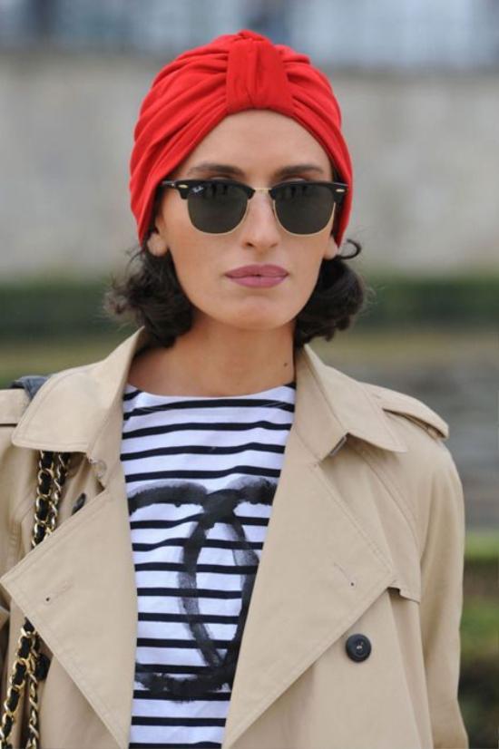 Việc các tín đồ thời trang chọn cho mình những mẫu khăn turban nổi bật cũng phần nào khiến cánh săn ảnh chú ý khi các nàng xuất hiện.
