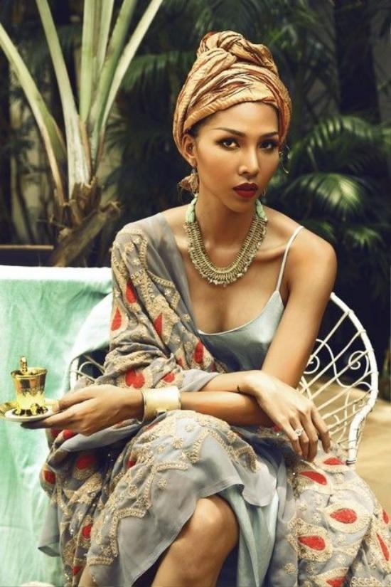 """Minh Triệu thể hiện nét đẹp cổ điển và quyến rũ của mình bằng item """"hot"""" này."""