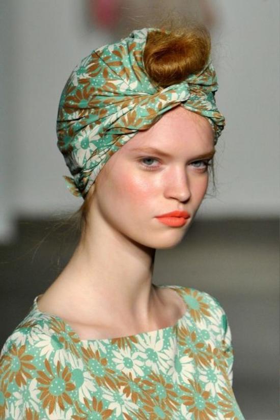 Năm 2012, chiếc khăn choàng đầu lại có nhiều cách tân đa dạng và táo bạo như nét chấm phá độc đáo cho các cô nàng.