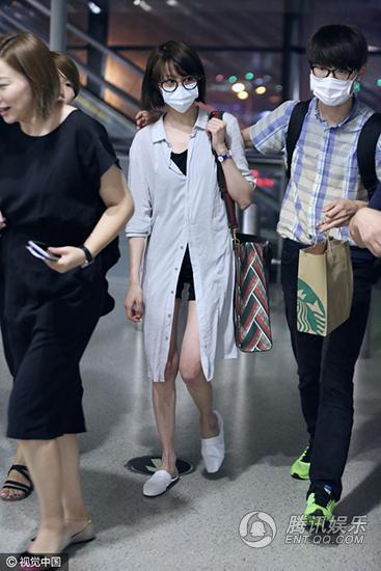"""Tình trạng bất ổn về cân nặng của Trịnh Sảng đã diễn ra cách đây một thời gian. Cô nàng liên tục xuất hiện với thân hình """"cò hương"""" và đôi chân khẳng khiu như một khúc củi."""