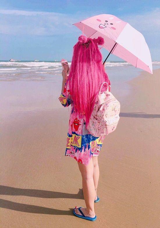 """Cát Phương là tín đồ của những món đồ thời trang màu """"hường"""". Dường như với cách chọn đồ này, cô nàng hot face luôn trẻ vàtràn đầy năng lượng."""