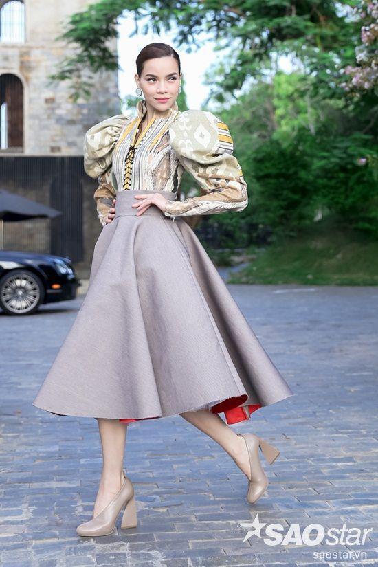 Hồ Ngọc Hà diện áo dáng cổ điển của thương hiệu Fly Now và giày của Stella mcCartney cùng đầm chữ A của NTK Lý Quí Khánh.