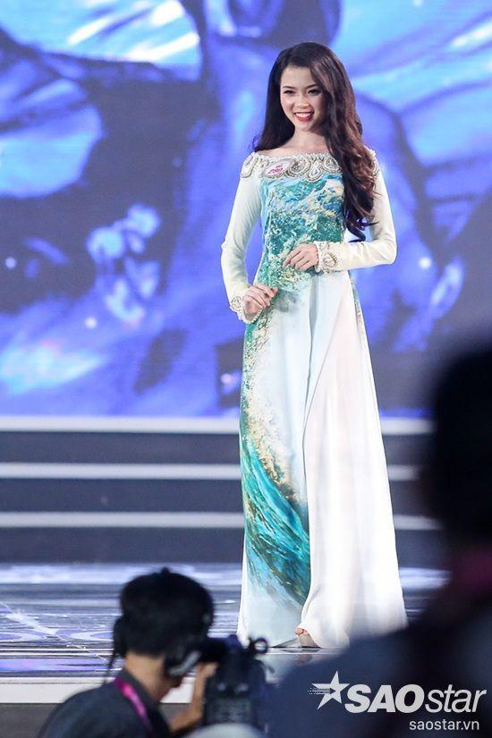 SBD 290 - Huỳnh Thuý Vi là người đẹp mở màn cho phần trình diễn áo dài. Vì biểu diễn đầu tiên nên cô có phần lo lắng, hồi hộp và suýt té ngã trên sân khấu. Tuy nhiên, Thuý Vi đã nhanh chóng lấy lại tinh thần nhờ vào sự ủng hộ, cổ vũ của khán giả.