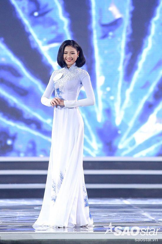 094 Đào Thị Hà khoe nụ cười toả nắng.
