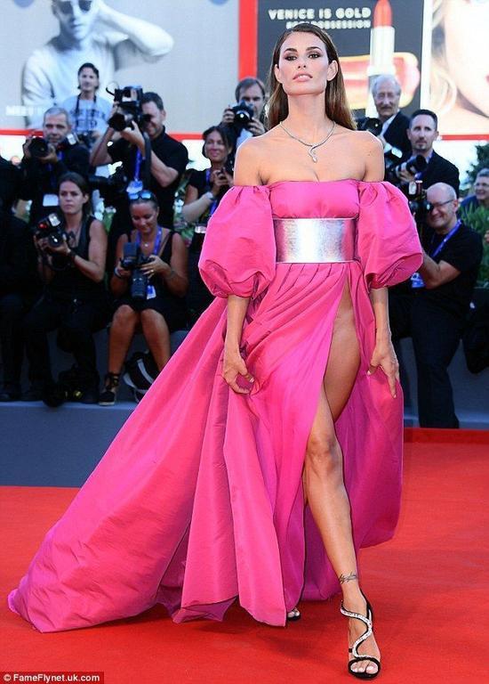 Người mẫu diện trang phục khoe vùng 'bikini', gây sốc tại thảm đỏ LHP Venice ảnh 1
