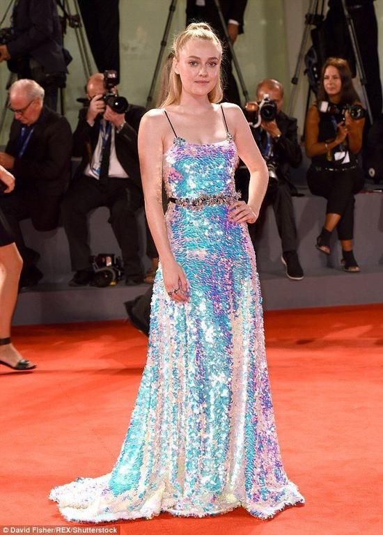 Dakota Fanning gợi cảm và không kém phần nổi bật trên thảm đỏ LHP Venice.