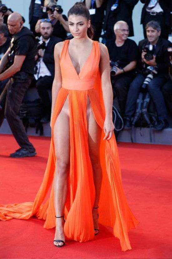 Người mẫu diện trang phục khoe vùng 'bikini', gây sốc tại thảm đỏ LHP Venice ảnh 3