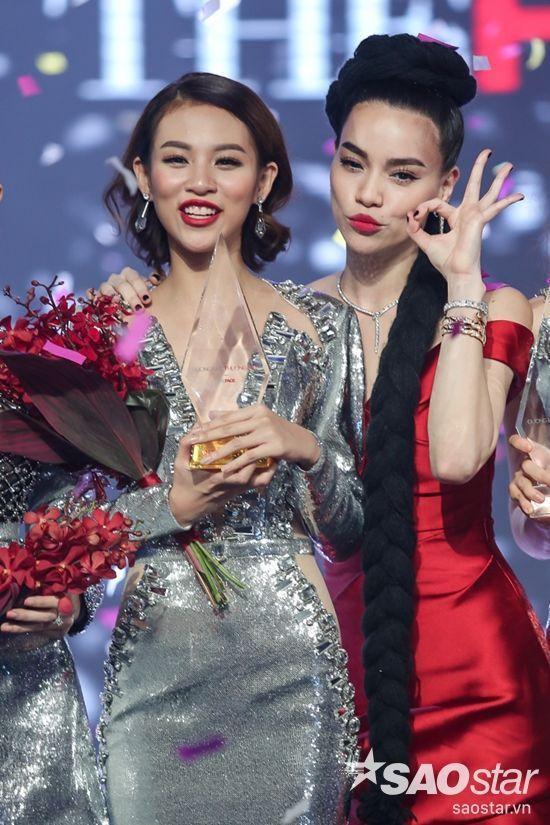 Phí Phương Anh - quán quân The Face - Gương mặt thương hiệu, bên cạnh HLV Hồ Ngọc Hà.