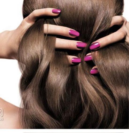 Bước 2: Sử dụng huyết thanh. Áp dụng serum hoặc gel dưỡng trước khi bạn dùng máy sấy hoặc bất cứ biện pháp tạo kiểu nào với mái tóc xoăn. Dành từ 5 - 7 phút, điều này tạo cơ hội để các dưỡng chất thẩm thấu và tạo thành màng chắn bảo vệ tóc khỏi sự tác động của nhiệt độ và môi trường. Bạn chia tóc thành nhiều phần, sau đó, bạn dùng các đầu ngón tay thoa gel dưỡng và xoa bóp lần lượt trên từng phạm vi vừa xác định.