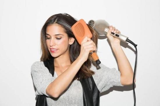 Bước 4: Sấy tóc. Giữ lược mái chèo, bạn bắt đầu áp dụng máy sấy trên lần lượt từng phần tóc nhỏ với mức nhiệt độ vừa phải và cố định. Lướt ống thổi của máy sấy cho lọn xoăn đầu tiên cho tới phần kết thúc của lọn tóc, bạn thực hiện điều này theo hướng lên xuống từ 3 - 4 lần. Chia tóc thành những phần nhỏ, điều này sẽ đẩy nhanh tiến độ duỗi thẳng của các lọn tóc trong trường hợp bạn đang rất vội.