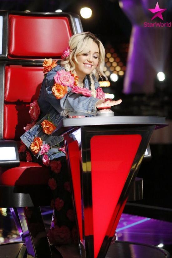 Miley Cirus nổi bật khi ngồi ghế nóng The Voice US 2016.