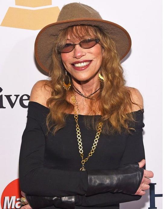 Nữ ca sĩ Carly Simon có cha là Richard L. Simon, đồng sáng lập công ty xuất bản Simon & Schuster. Thuở nhở, Carly từng theo học tại ngôi trường tư thục nổi tiếng Riverdale Country School.
