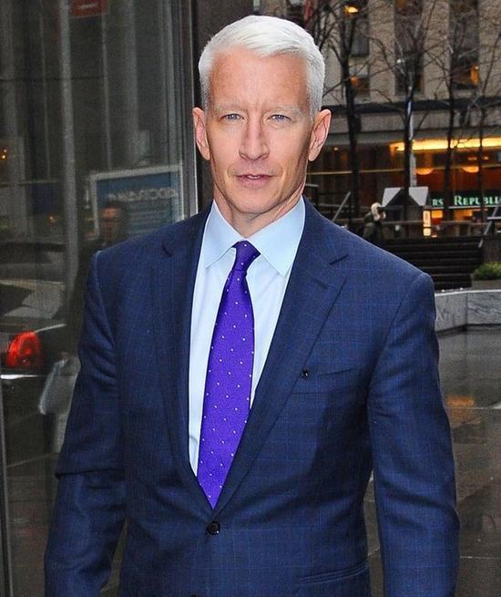 Nhà báo Anderson Cooper là con của nhà văn Wyatt Emory Cooper và nhà thiết kế thời trang Gloria Vanderbilt. Cha của Gloria, Reginald Claypoole Vanderbilt, là chắt của Commodore Cornelius Vanderbilt, người từng sáng lập ra đế chế đường sắt và nằm trong Top những triệu phú đầu tiên của Mỹ.