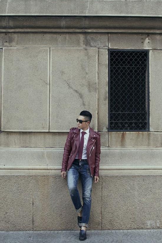 Chiếc áo khoác da không những mang đến nét cá tính, mà chúng còn giúp thể hiện sự lịch lãm trong chính tính cách của bạn. Biker jacket, cravat cùng quần jeans cũng chính là tips kết hợp mà các bạn nam nên thuộc nằm lòng trong từ điển thời trang của mình.