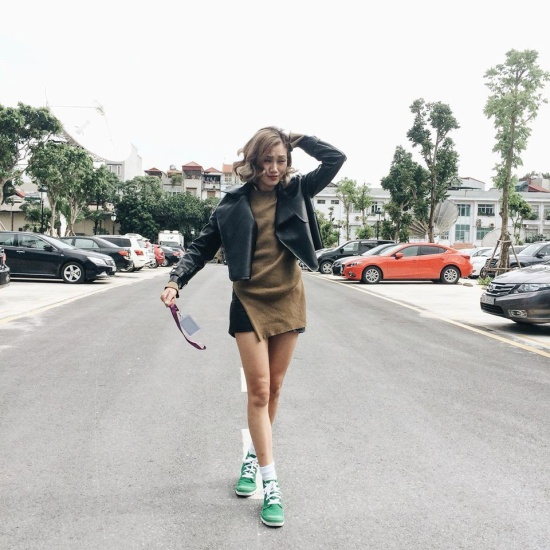 Áo khoác da lửng là một trong những gợi ý hay ho dành cho các cô nàng yêu thích sự năng động. Nếu không biết các phối hợp với chúng như thế nào thì người đẹp Pông Chuẩn chính là một trong những ví dụ điển hình.