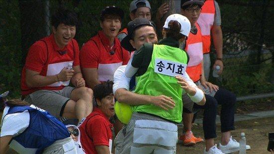 Người đàn ông luôn bảo vệ Ji Ngố.