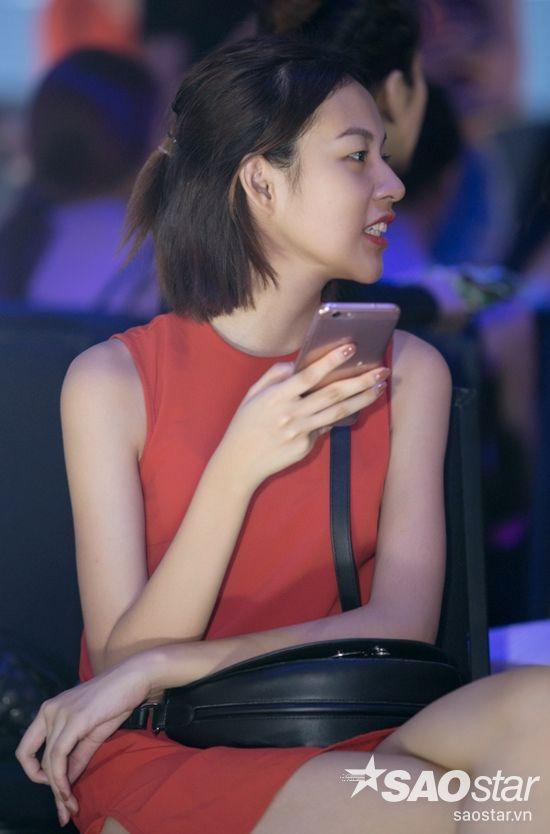 Phí Phương Anh có mặt tại buổi tổng duyệt từ khá sớm, cô vui vẻ trò chuyện cùng đồng nghiệp.
