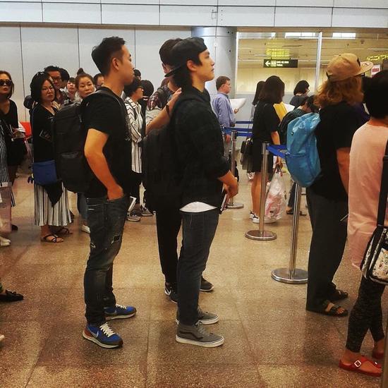Yeo Jin Goo xuất hiện ở sân bay Đà Nẵng cùng với quản lý của anh
