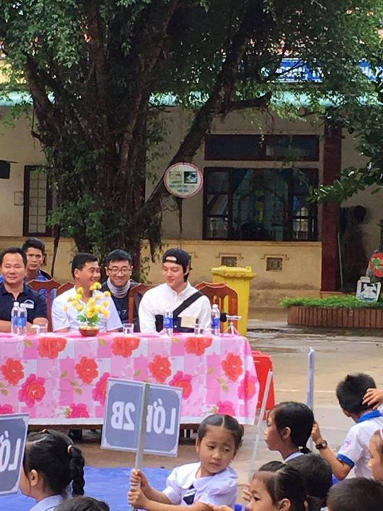 Yeo Jin Goo thân thiện trò chuyện, giao lưu với các em học sinh tiểu học.