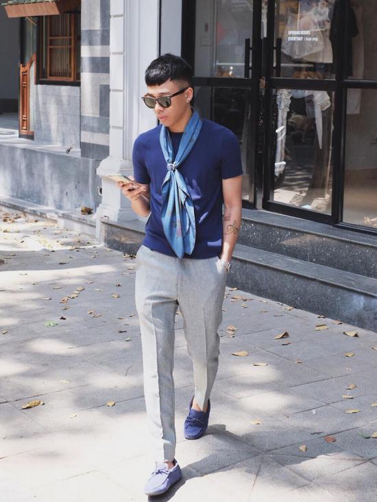 Hoàng Ku lựa chọn mẫu khăn với họa tiết vô cùng tinh tế. Lấy tông màu xanh làm chủ đạo, hòa phối bằng nét phá cách rất riêng trong việc biến chuyển sắc thái từ đậm sang nhạt tạo sự thu hút ánh nhìn từ người đối diện.