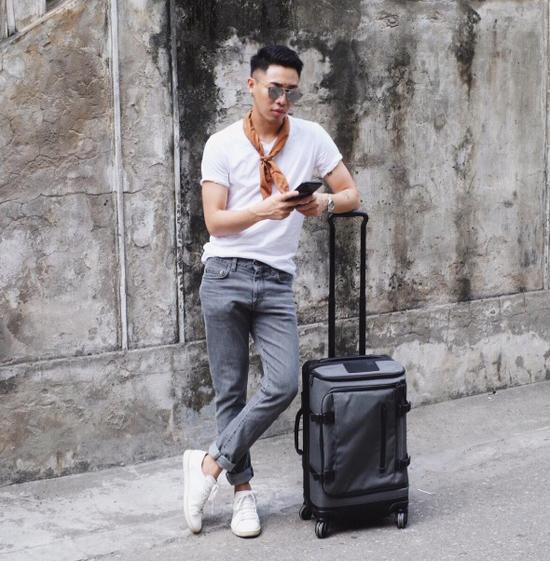 Nếu không biết mặc gì để làm nổi bật mẫu item này thì chiếc áo thun trắng đơn giản chính là tips hay ho dành cho bạn đấy!
