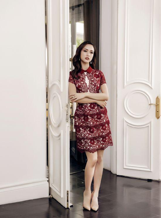 Những chi tiết tinh tế ở phần cổ áo hay chân váy là điểm nhấn đầy dịu dàng và ngọt ngào của bộ đầm.