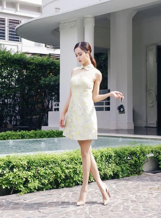 Trong những sắc màu thanh lịch như trắng hay vàng chanh nhạt, Vũ Ngọc Anh kín đáo và mà vẫn đầy lôi cuốn, gợi cho mọi người sự tưởng tượng xa xôi khi diện các thiết kế kín hờ cùng voan và ren.