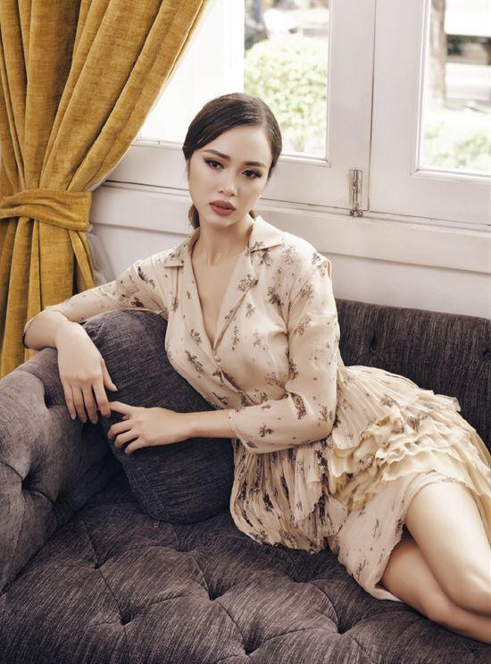 Bên cạnh đó, điểm nhấn phần chân váy được thiết kế cầu kì cũng giúp tôn lên dáng vẻ nuột nà và mềm mại của nàng Chương Tử Di Việt Nam.