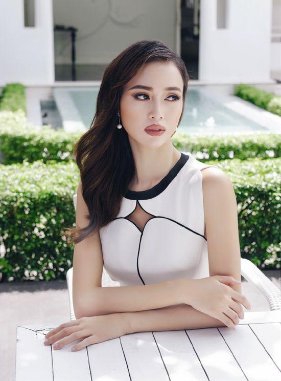 Vẫn trung thành với những chiếc đầm ngắn và thiết kế đơn giản, nhưng với phần cut out trên ngực cùng sự phối hợp tinh tế của hai sắc màu đen-trắng, Vũ Ngọc Anh trông không chỉ năng động hiện đại mà vẫn đầy dịu dàng nữ tính.