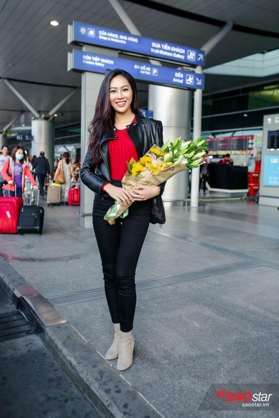 Hoa khôi Áo dài Việt Nam 2016 diện trang phục cá tính với áo phông màu đỏ rượu kết hợp quần jeans ôm sát, áo khoác da cá tính.