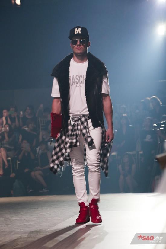 Lấy cảm hứng từ phong cách thành thị của của những năm 90s, bộ sưu tập với điểm nhấn phụ kiện màu sắc cá tính, làm nổi bật những kiểu áo khoác da đậm chất Thu Đông năm nay.