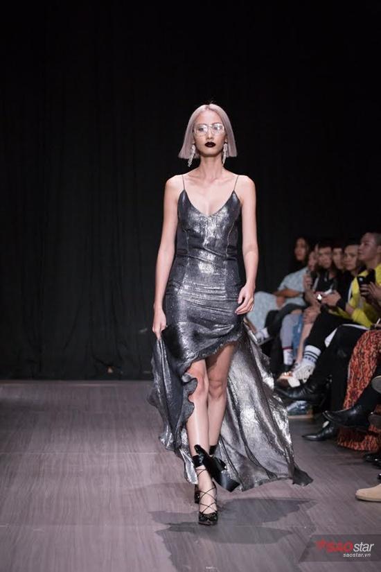 Những mẫu váy hai dây chất liệu ánh bạc cũng được NTK Chad Nguyễn biến tấu để phù hợp với các cô nàng yêu thích tiệc tùng.