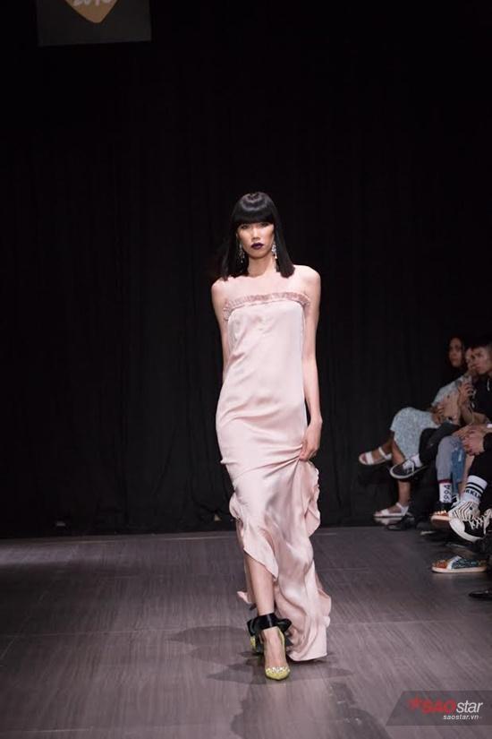 Mẫu váy suông off-shoulder cũng là một trong những điểm thu hút của BST Chaddie Thu Đông 2016.