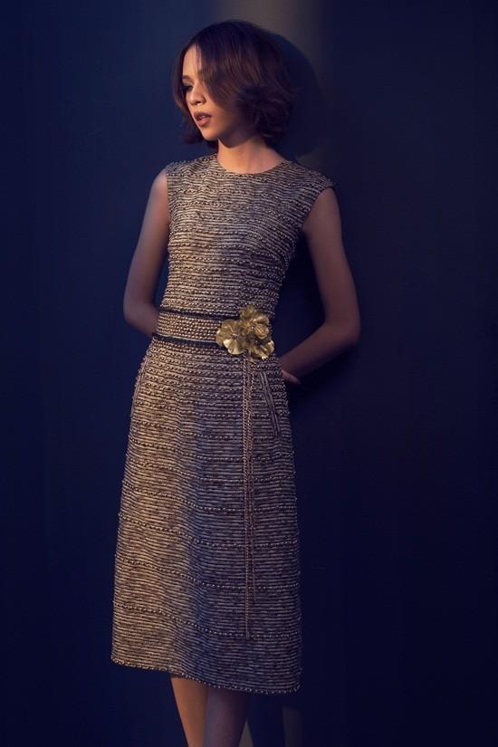 Kỹ thuật cắt may tinh tế trên nền chất liệu vải tweed, vừa cá tính nhưng cũng đầy nữ tính với chất liệu ren mềm mại.