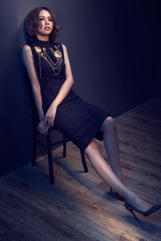 Những chi tiết khoen tròn, dây xích được sử dụng một cách thông minh, mang đến những gì hoàn mỹ nhất, đẹp đẽ nhất cho người phụ nữ.