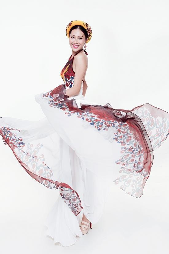 Thiết kế là sự kết hợp giữa chiếc áo yếm và chân váy xòe rộng.