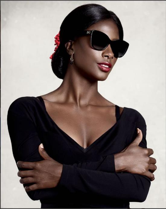 Đây chính là tấm ảnh thời trang của Deddeh Howard trong chiến dịch Black Mirror.